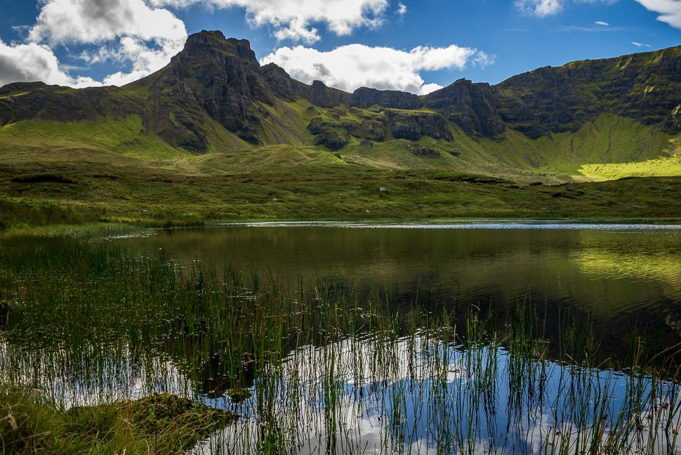 Isle of Skye - Quiraing mit Loch Leum im Vordergrund
