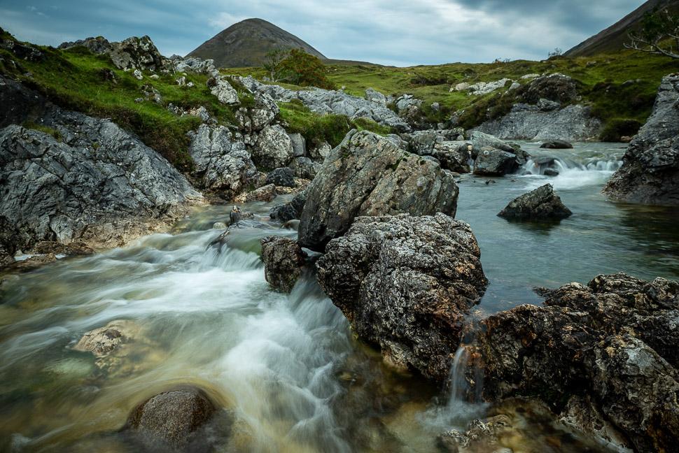 Bach mit Felsen auf der Isle of Skye in Schottland